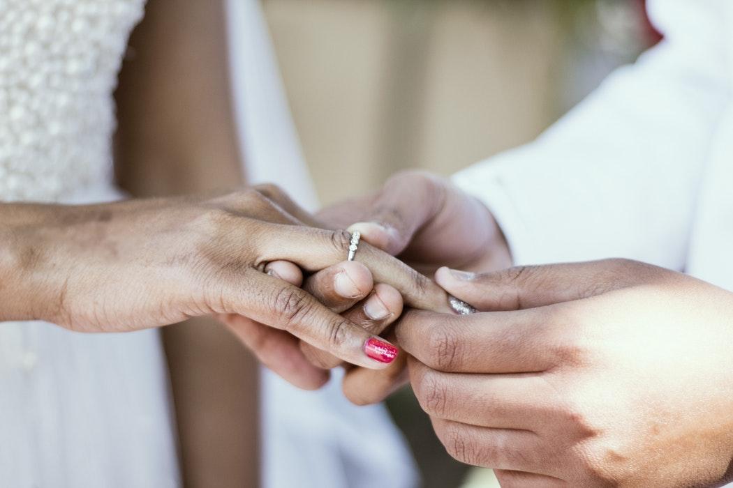 Dónde se pone el anillo de compromiso